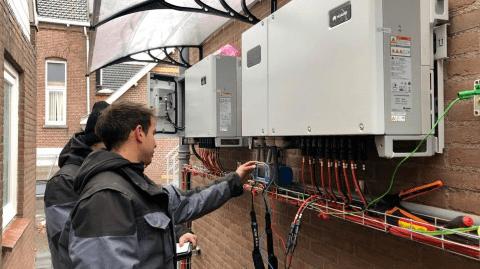 Monteurs verzorgen de elektra